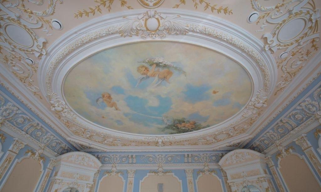 Покраска потолка и декора